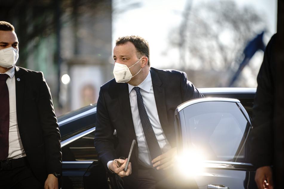 Jens Spahn (40, CDU - r), Bundesminister für Gesundheit, kommt zur Präsidiumssitzung seiner Partei in Berlin am 26. April.