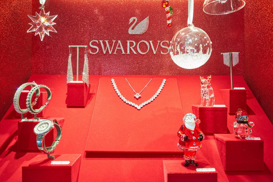 Das Hauptgeschäft von Swarovski besteht aus Schmuck und dekorativen Figuren aus Kristallglas.