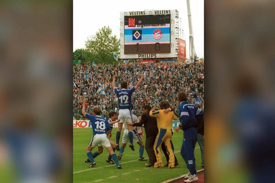 Am letzten Spieltag der Saison 2000/2001 feierten die Schalker mit Blick zur Anzeigetafel schon die Meisterschaft. Aber sie hatten sich zu früh gefreut...