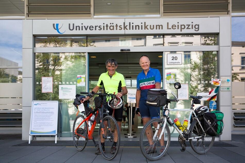Fulvio Luraschi (l.) und Emilio Maino aus Bergamo am Ziel ihrer Reise: 1100 Kilometer radelten sie aus der Lombardei nach Leipzig.