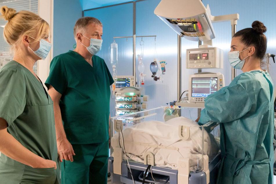 Roland Heilmann und Ina Schulte sagen Nadine Feller, welches schlimme Schicksal ihr Baby getroffen hat.