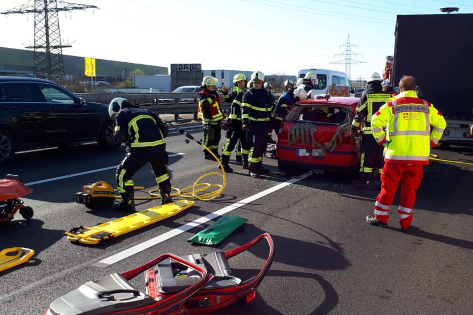 Auto kracht auf A81 in Heck von Klein-Lkw: Feuerwehr befreit Frau, langer Stau