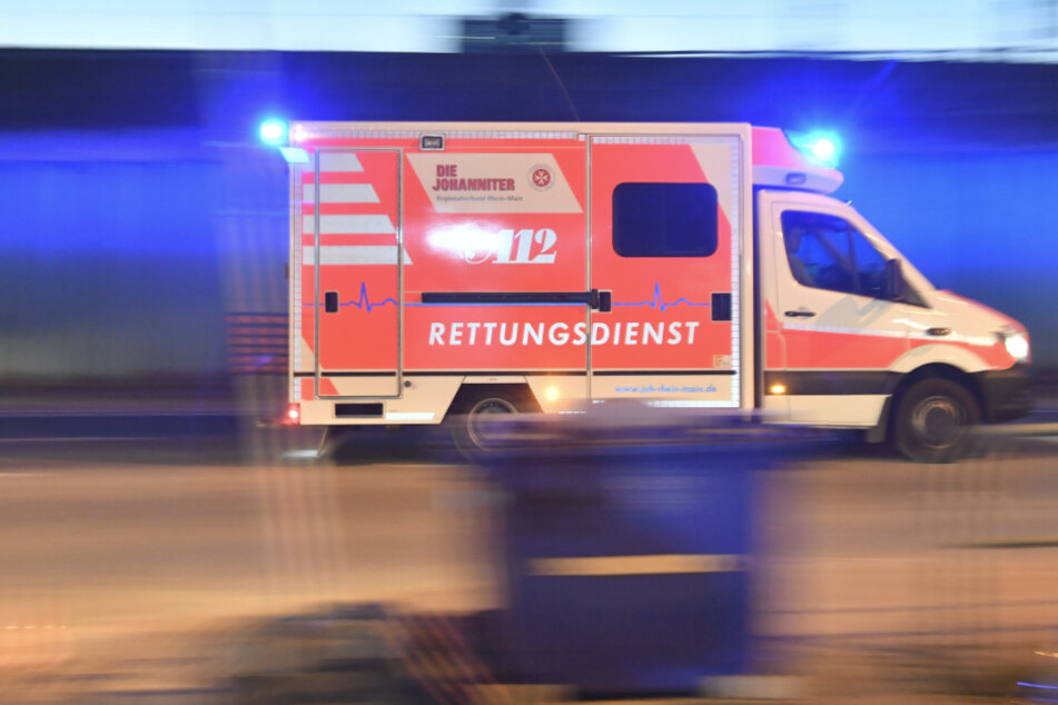 Stein auf Rettungswagen geworfen, Splitter treffen Ärztin im Gesicht: 14-Jähriger verdächtigt