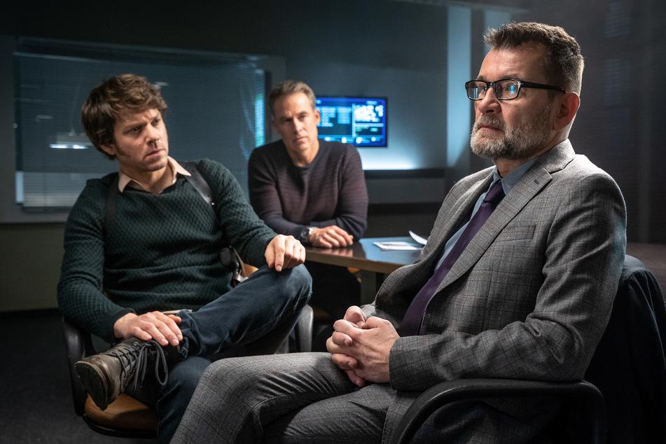 """In der neuen Folge """"Entrissen"""" verhören Tom und Jan den Arzt Dr. Reiner Wolf (v.l.n.r.). Welches Geheimnis verbirgt er vor ihnen?"""