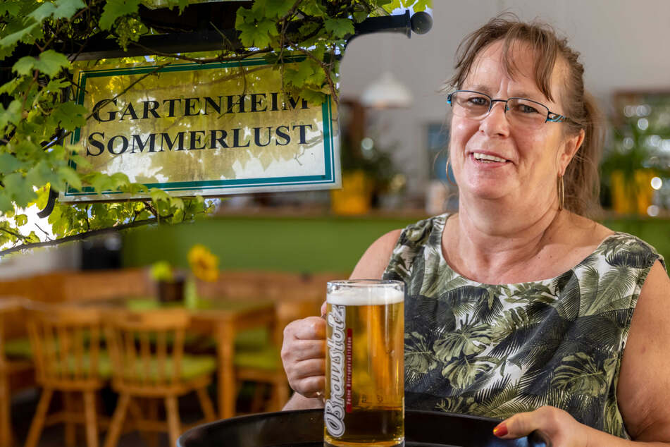 Andrea Weiß bietet im Vereinsheim des Kleingartenvereins Sommerlust kühles Blondes. Bier stand schon immer im Zentrum der Gartensparten (Bildmontage).