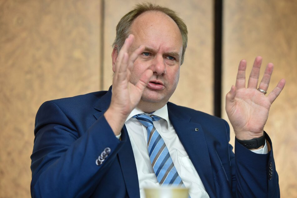 OB Dirk Hilbert (49, FDP) muss sich mit der Rekord-Anfrage auseinandersetzen.