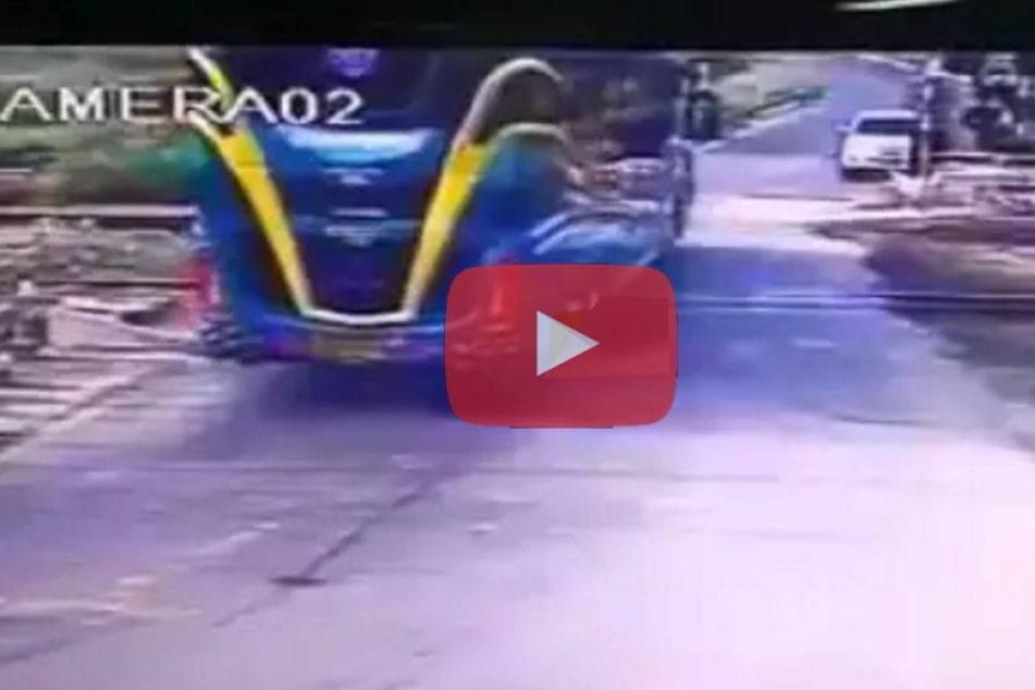 Zug rast in Reisebus! Drei Tote und 30 Verletzte