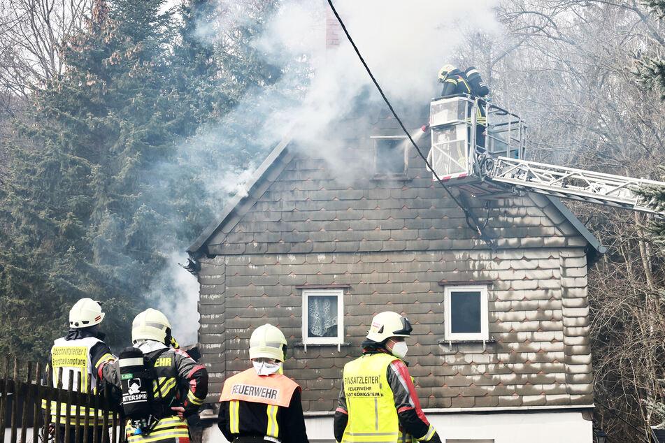 Wohnhaus in Flammen: Bewohner will selbst löschen, dann müssen 80 Retter anrücken!