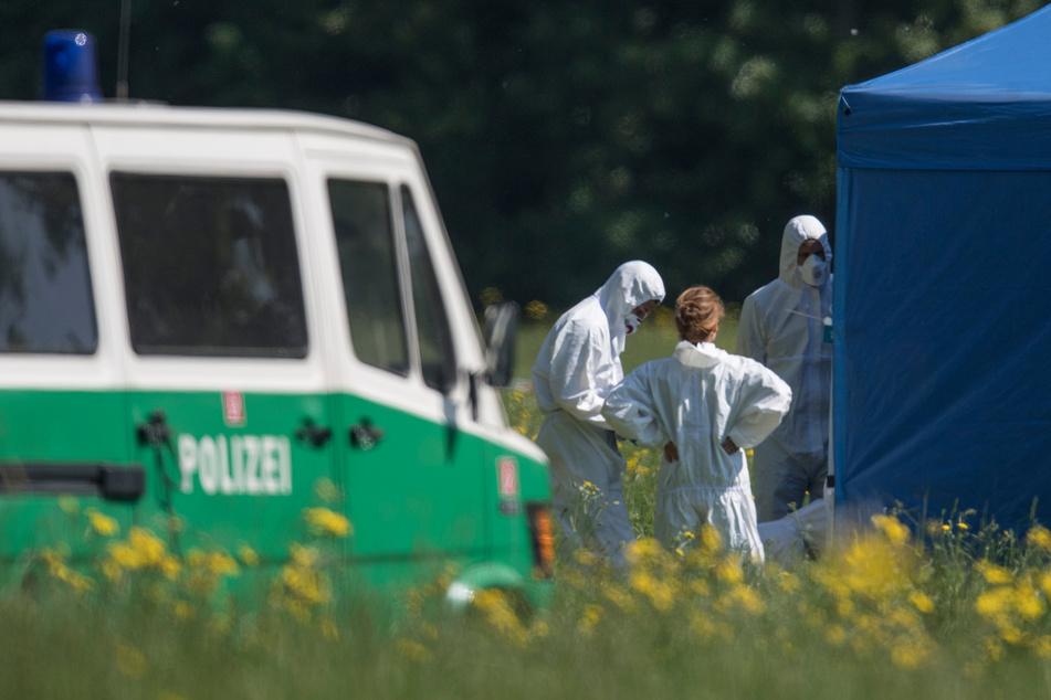 Ermittler der Polizei untersuchen den Tatort im Frankfurter Niddapark.