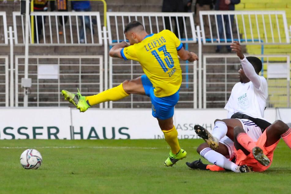 Stürmer Djamal Ziane (l.) nutzte den Torwartpatzer von Jens Fikisi (oranges Trikot) und schob zum 1:0 für Lok ein.