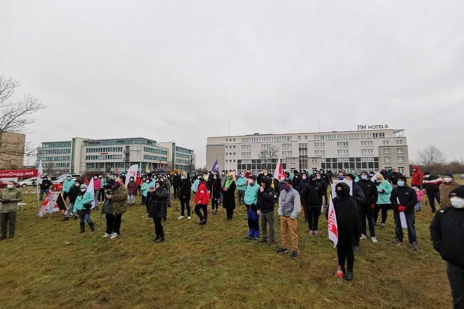"""Rund 200 Personen sammelten sich vor dem """"Flaschenpost""""-Zentrallager."""
