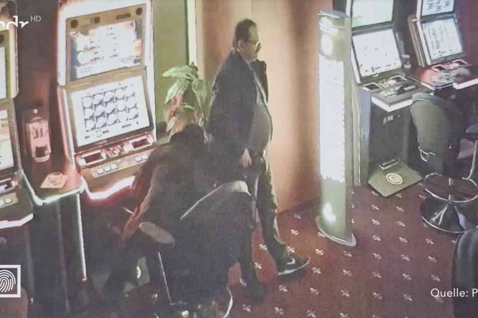 Während einer der Täter die Automaten aufbohrte, stand der zweite Schmiere.