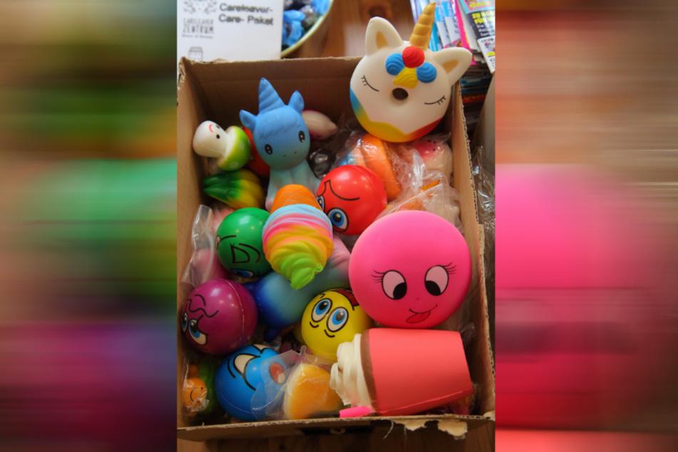 In den Paketen werden auch Stress-weg-Quetschfiguren verschickt.