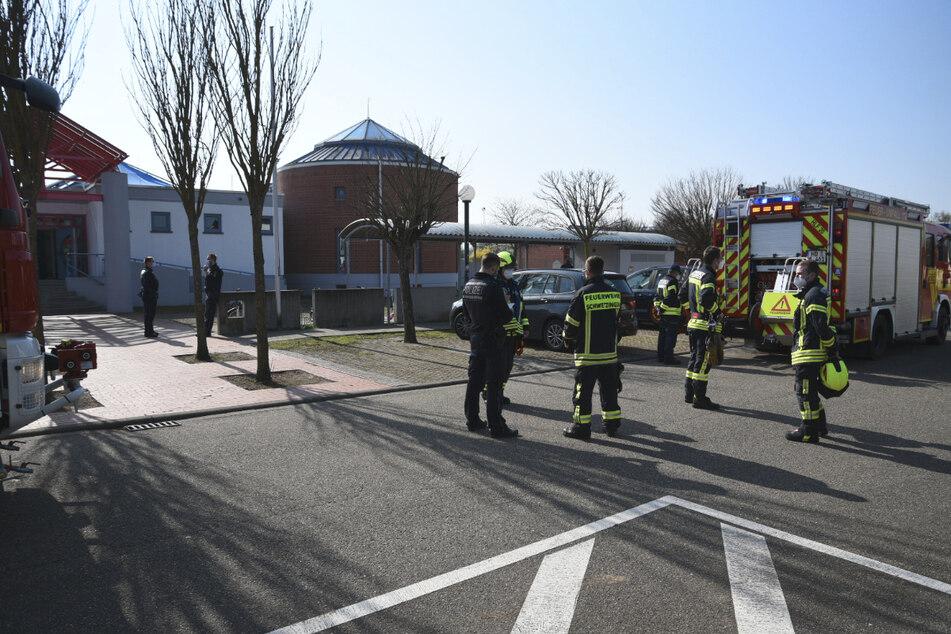 Großeinsatz der Feuerwehr und Polizei an einer Grundschule in Schwetzingen.