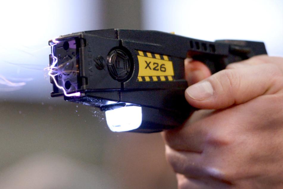 Ein Taser kann Angreifer aus einer Distanz von zwei bis fünf Metern außer Gefecht setzen, ohne das Risiko einer tödlichen Verletzung wie bei der Schusswaffe. (Symbolfoto)
