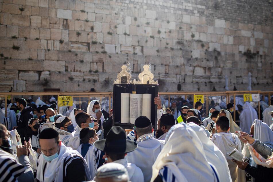 Angesichts hoher Corona-Fallzahlen hat Israel vor dem jüdischen Neujahrsfest Versammlungsvorgaben für die Klagemauer in Jerusalem erlassen.