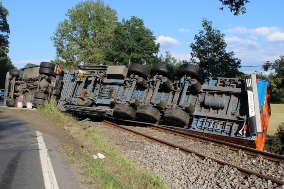 Der mit Holzhackschnitzeln beladene LKW kippte auf die angrenzenden Bahngleise.
