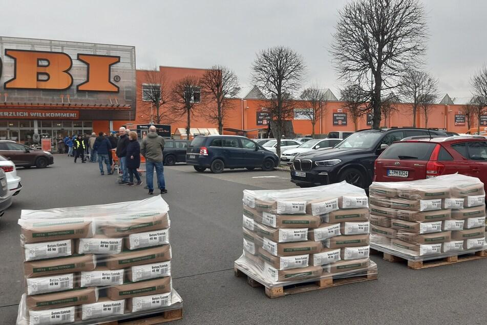 Vor dem OBI-Baumarkt in Probstheida gab es am letzten Öffnungstag Einlassbeschränkungen.