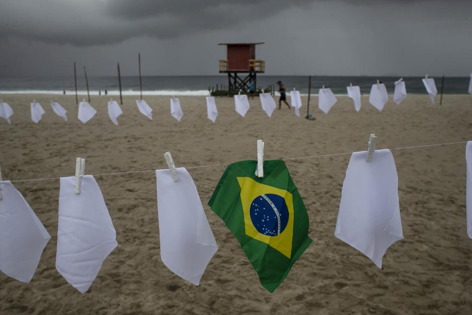 Mit weißen Tüchern auf einer Wäscheleine wird den Corona-Toten in Brasilien gedacht.