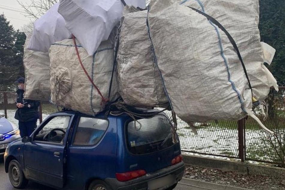Irre! Ladung auf Fiat-Dach ist doppelt so groß wie das Auto selbst