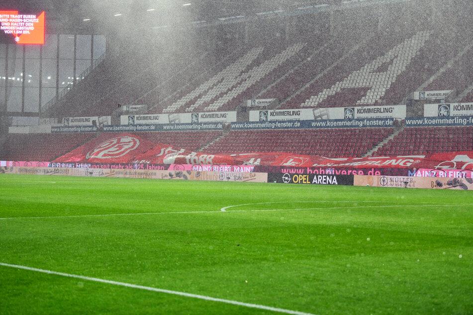 Der Starkregen und die Windböen sorgten für eine Verzögerung, doch mittlerweile läuft die Partie zwischen Mainz und Dortmund wieder.