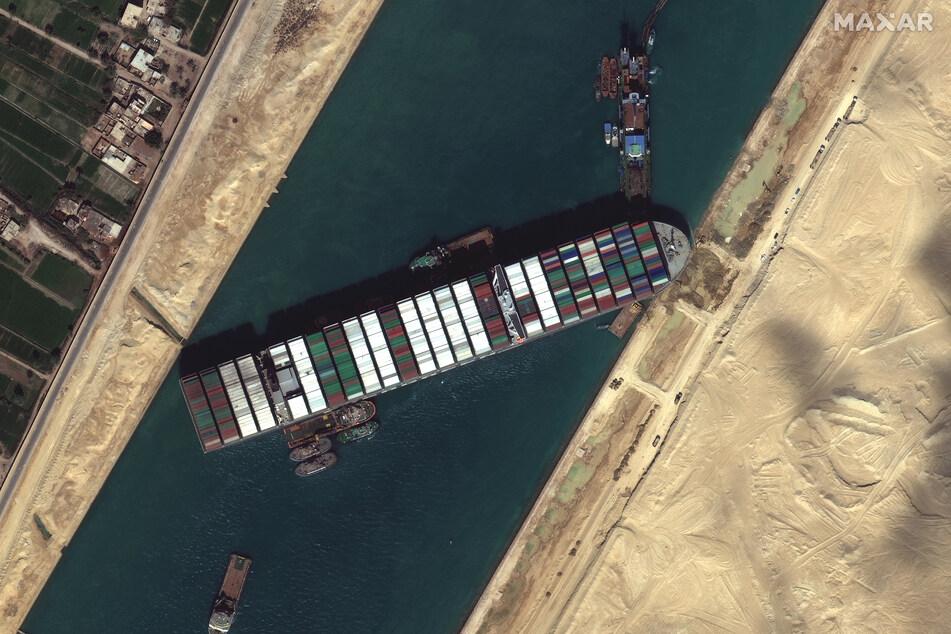 """Die """"Ever Given"""" blockiert nun bald seit einer Woche den Suezkanal und damit eine der wichtigsten Wasserstraßen der Welt."""