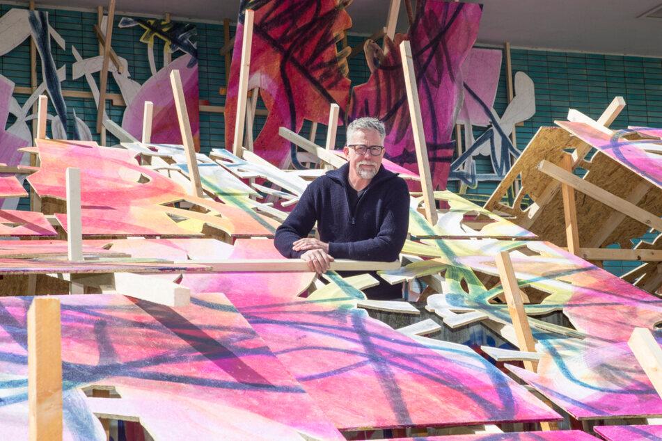 Henning Haupt (56) inmitten seiner Malerei-Installation.