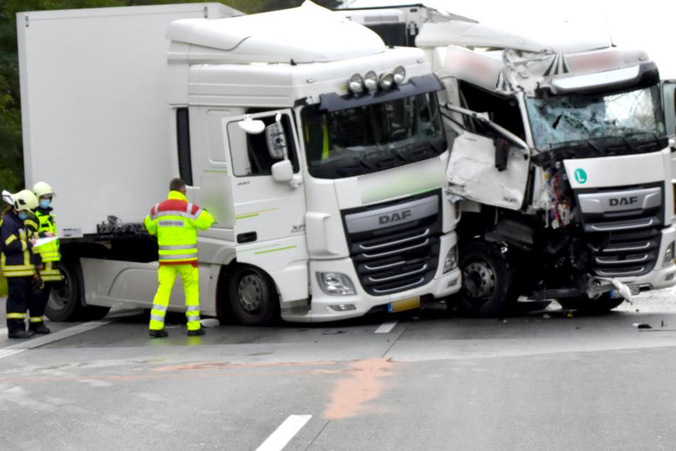 Schwerer Unfall auf A12: Vier Lkw zusammengekracht!