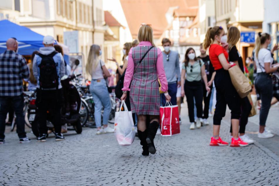 Tübingen: Eine Frau geht mit ihren Einkaufstaschen durch die Altstadt.