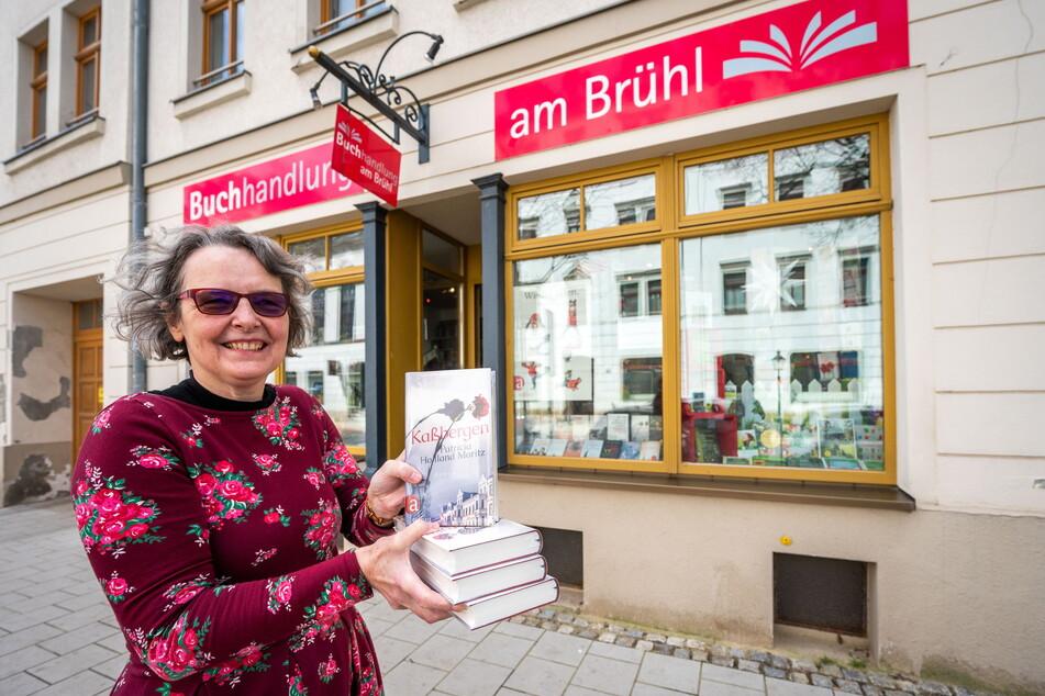 """Elke Ebert (60) verkauft in der """"Buchhandlung am Brühl"""" den neuen Chemnitz-Roman """"Kaßbergen"""" von Patricia Holland Moritz."""