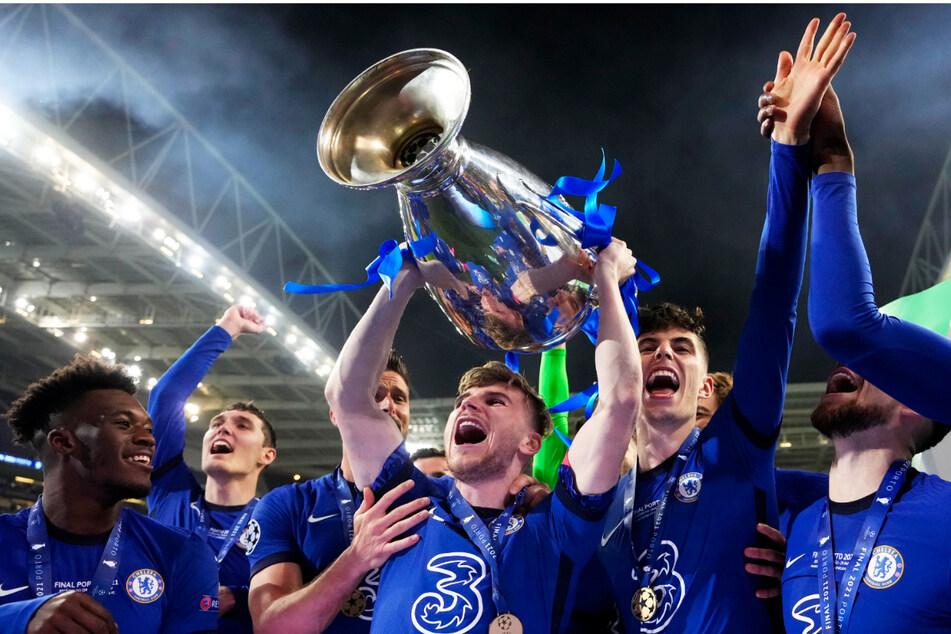 Timo Werner (25, stemmt den Pokal in die Höhe) gewann mit dem FC Chelsea die Champions League - der bisher größte Erfolg seiner Karriere.