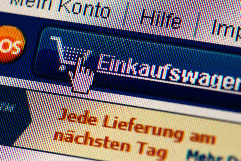 Auf der Webseite eines Online-Shops ist das Symbol des Warenkorbs (Einkaufswagen) zu sehen.
