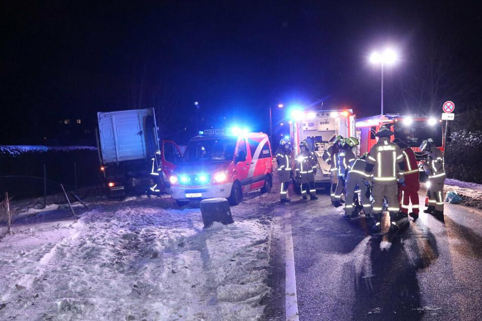 Tödlicher Unfall: Lasterfahrer knallt gegen Lichtmast und Zaun
