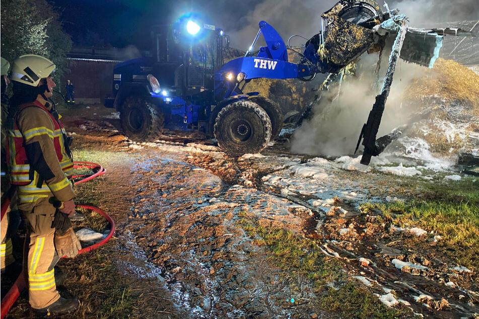 Einsatzkräfte des Technischen Hilfswerkes (THW) unterstützten die Löscharbeiten mit schwerem Gerät.