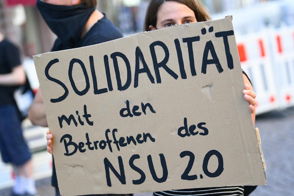 """Ein Demonstrantin hält während einer Kundgebung ein Plakat mit der Aufschrift """"Solidarität mit den Betroffenen des NSU 2.0""""."""