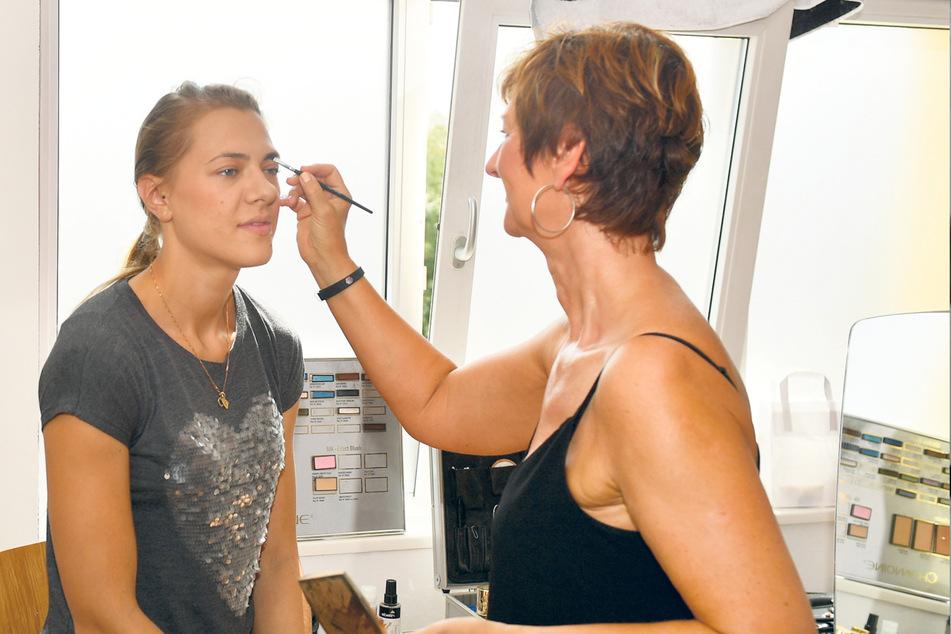 Vorm Fotografieren wurden die DSC-Girls frisiert und geschminkt. Hier wird Kristina Kicka von Kerstin Fiedler aufgehübscht.