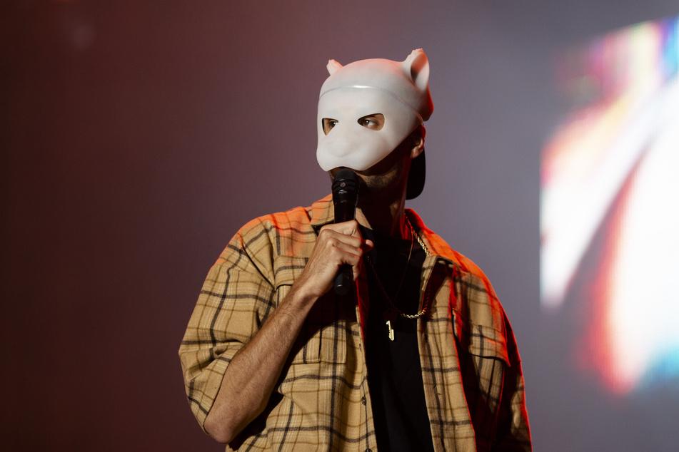 Cro bei einem Bühnenauftritt mit Panda-Maske.