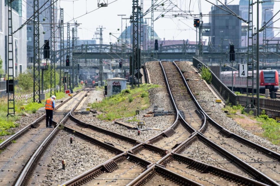 Betrunkener auf Schienen: Zug erfasst 45-Jährigen beiHackerbrücke