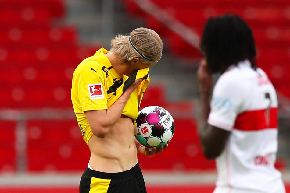 Erling Haaland (l.) wischt sich nach dem 0:1 den Schweiß von der Stirn, daneben steht VfB-Youngster Tanguy Coulibaly.