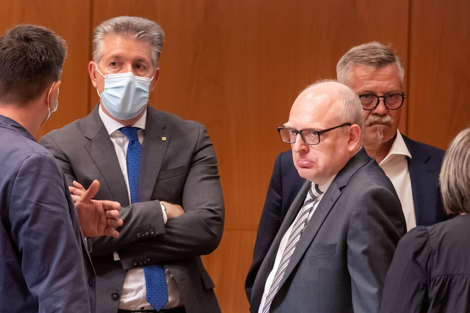 Ratlosigkeit unter den Bürgermeistern (v.l.): Ralph Burghart (50, CDU), OB Sven Schulze (49, SPD) und Miko Runkel (60, parteilos) steckten nach dem Los-Entscheid die Köpfe zusammen.