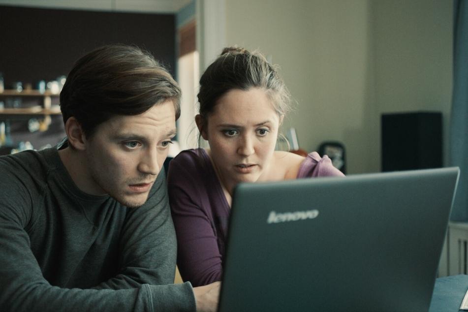 Zusammen mit Max (Jonas Nay) begibt sich Lilly (Emily Cox) im Internet auf die Suche nach Hinweisen über Karims Verbleib.