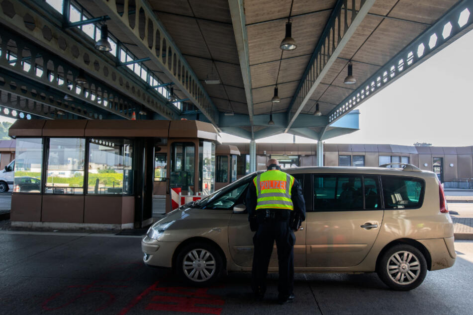 Per Scheinehe Ausländer eingeschleust? Durchsuchungen in vier Bundesländern