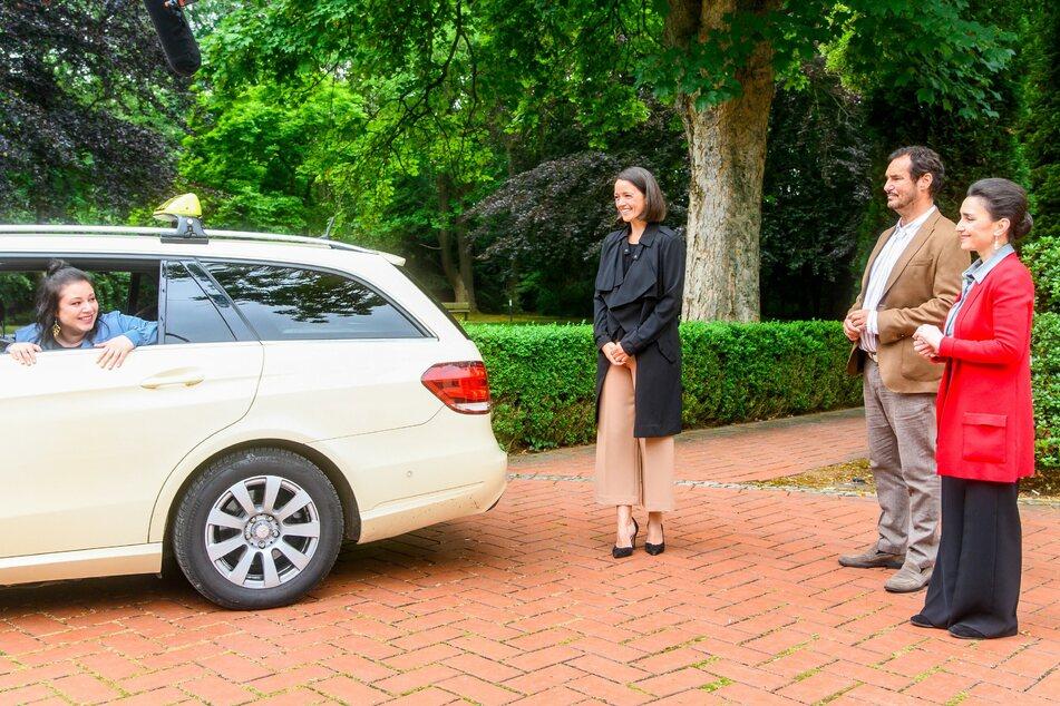 Vanessa, Christoph und Henry fahren im Taxi vom Hof und verabschieden sich damit (vorerst) von AWZ.