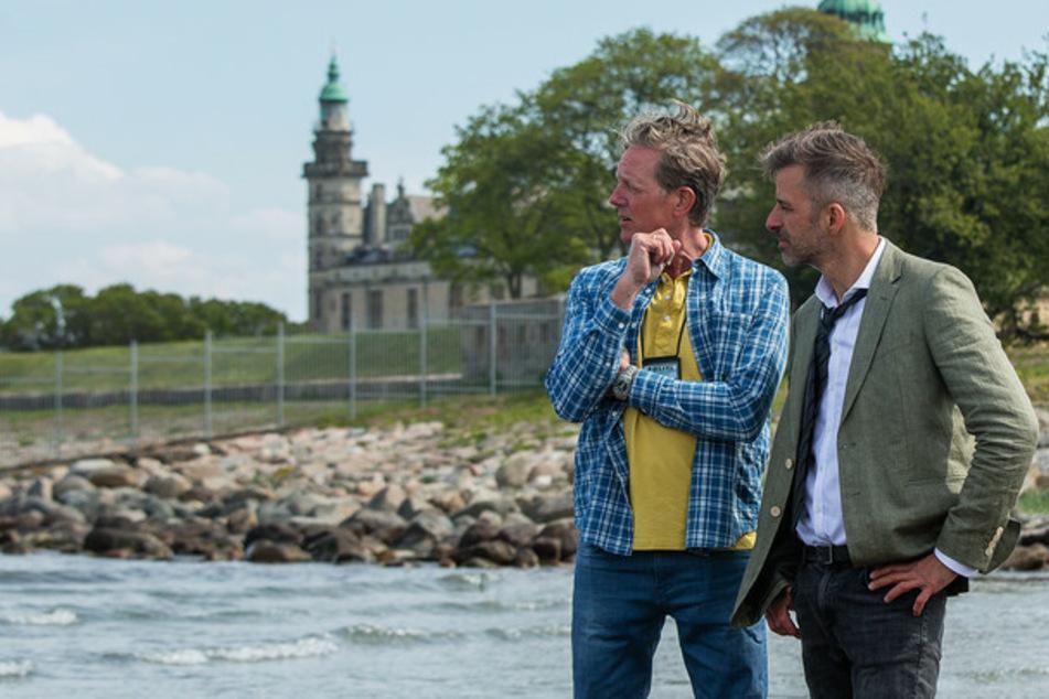 Dan Sommerdahl – Tödliche Idylle: Als eine tote Frau am Strand von Helsingør gefunden wird, nehmen Polizist Dan Sommerdahl (Peter Mygind) und sein Kollege Flemming Torp (André Babikian) die Ermittlungen auf.