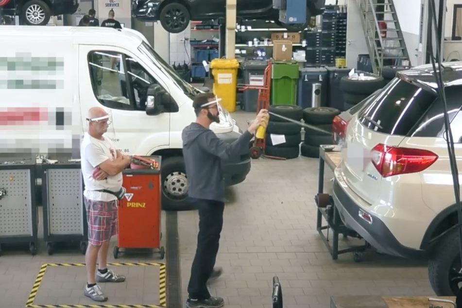 Der falsche Werkstatt-Mitarbeiter Daniel Danger sprühte einfach Bremsenreiniger auf das Auto. Der Kunde wusste nichts und vertraute dem angeblichen Experten.