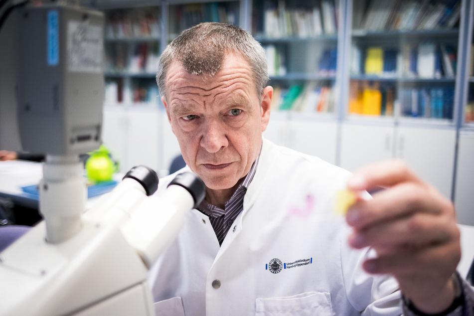 Rechtsmediziner Klaus Püschel betrachtet einen Objektträger.
