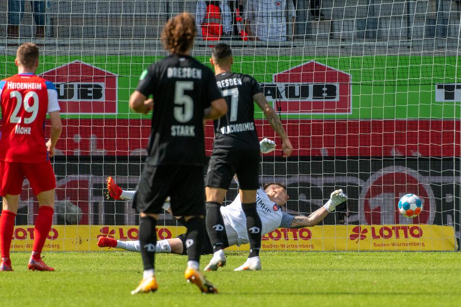 Chris Löwe (nicht im Bild) trifft zum Ausgleich für Dynamo. Sein Fernschuss schlägt rechts unten aus Sicht des Schützen im Tor ein.