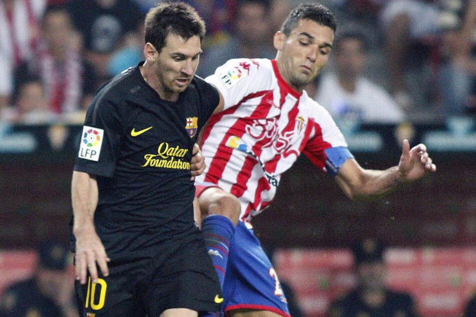 Paral 2011 con camiseta del Sporting de Gijón ante el Barcelona y Lionel Messi (33).