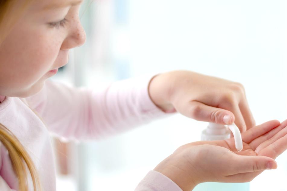 Berlin: Mehr Giftnotrufe in Corona-Krise: Was tun, wenn das Kind Desinfektionsmittel schluckt?