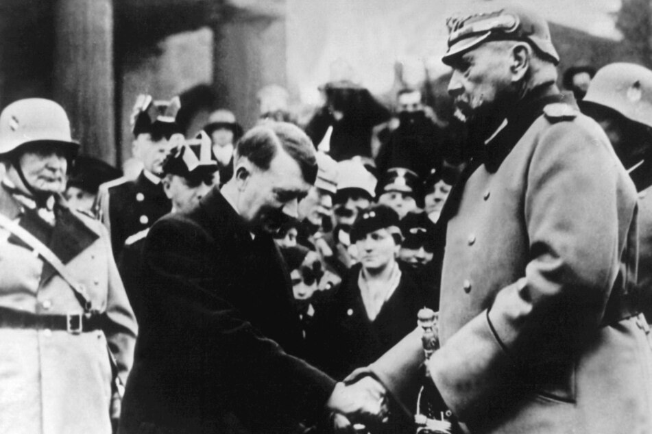 """Berlin 1934: Reichskanzler Adolf Hitler (M.) begrüßt Reichspräsident Paul von Hindenburg am """"Heldengedenktag"""" vor der Neuen Wache, Unter den Linden."""